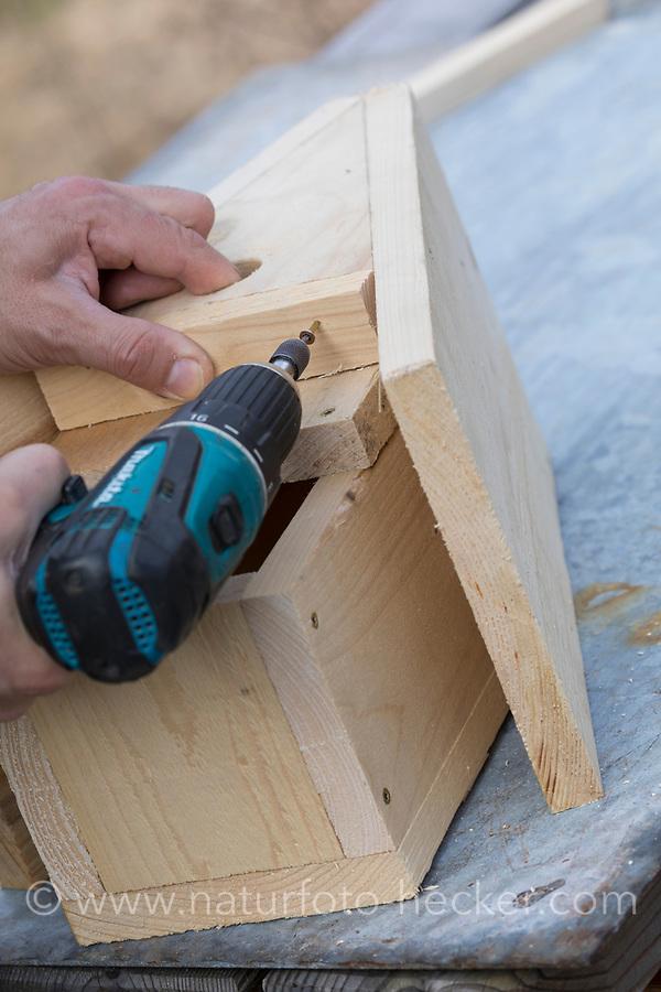 Selbstgebaute Holz-Nistkästen, Nistkasten für Vögel aus Holz, Vogelkasten, Meisenkasten selber bauen, selbst bauen, Basteln, Bastelei. Schritt 8: der Abschluß des Vorsprungs an der Frontseite (Marderschutz) wird eingesetzt und verschraubt