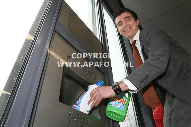 Apeldoorn, 190208<br /> Paul  Bredewout bij zijn retoursysteem voor o.a.plastic flessen bij zijn `C1000 supermarkt.<br /> foto Frans Ypma APA-foto