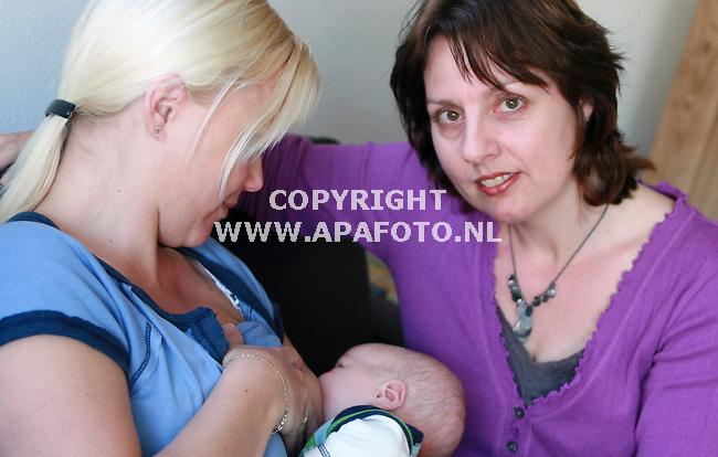 Varseveld 160407 Lactatiedeskundige Marjo Stapelbroek aan het werk<br /> Foto frans Ypma APA-foto