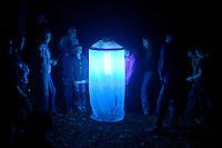 Nachts aufgebautes Leuchtzelt lockt Nacht-Schmetterlinge und andere Insekten an, Leuchten, Kartierung, Untersuchung, forschen, Forschung, Entomologie, Lichtfalle, Exkursion