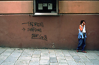 "genova luglio 2001, proteste contro il g8. scritta sul muro: ""meno padroni, più svarioni"" --- genoa july 2001, protests against g8 summit. writing on the wall: ""less bosses, more blunders"""