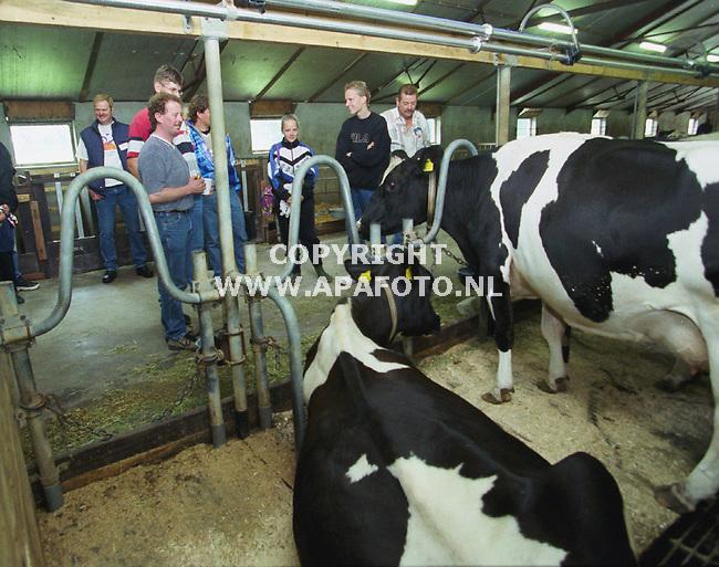 nieuw millingen 260700 bezoek in de stal bij boer overeem  tgv van de bezoekersdag georganiseerd in nieuw millingen en omgeving<br />foito frans ypma APA-foto