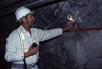 SUDAFRICA - Kimberley, miniera di diamanti di Bultfontein ( Miniere De Beers): un tecnico al lavoro in una galleria della miniera.