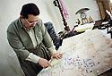 Irak 2002 Camp militaire a coté d'Erbil, un officier montrant la ligne de front sur la carte,, Iraq 2002  In a military camp near Erbil, an officer showing the front line on a map