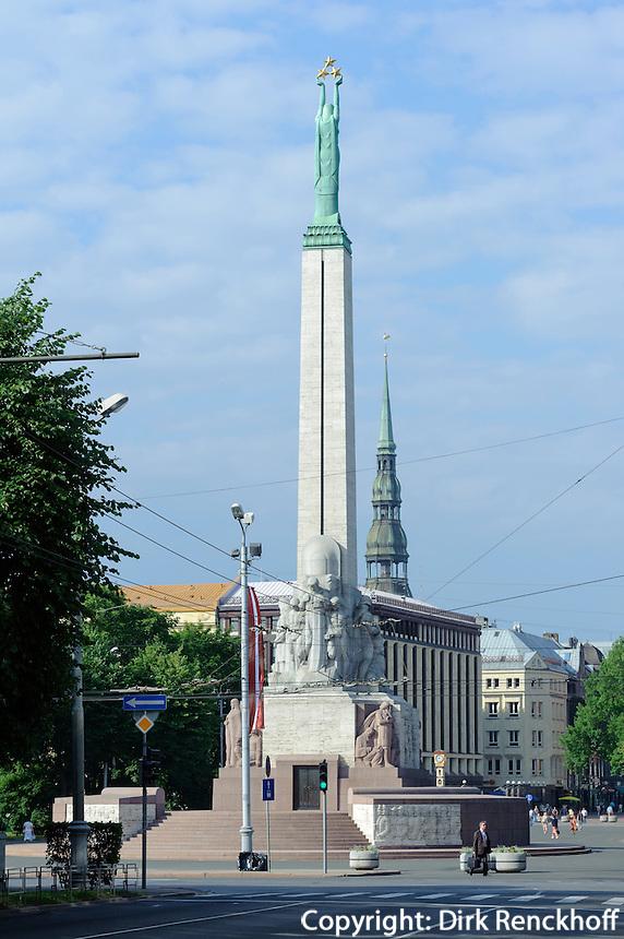 Freiheitsmonument und Peterskirche in Riga, Lettland, Europa, Unesco-Weltkulturerbe