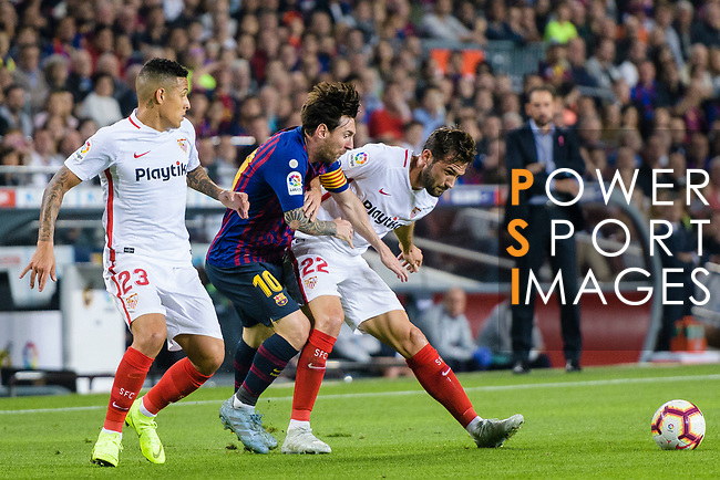 Lionel Messi of FC Barcelona (C) fights for the ball with Franco Vazquez of Sevilla FC (R) during the La Liga 2018-19 match between FC Barcelona and Sevilla FC at Camp Nou Stadium on October 20 2018 in Barcelona, Spain. Photo by Vicens Gimenez / Power Sport Images