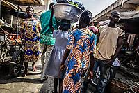 Mercato di Cotonou, bambine al lavoro