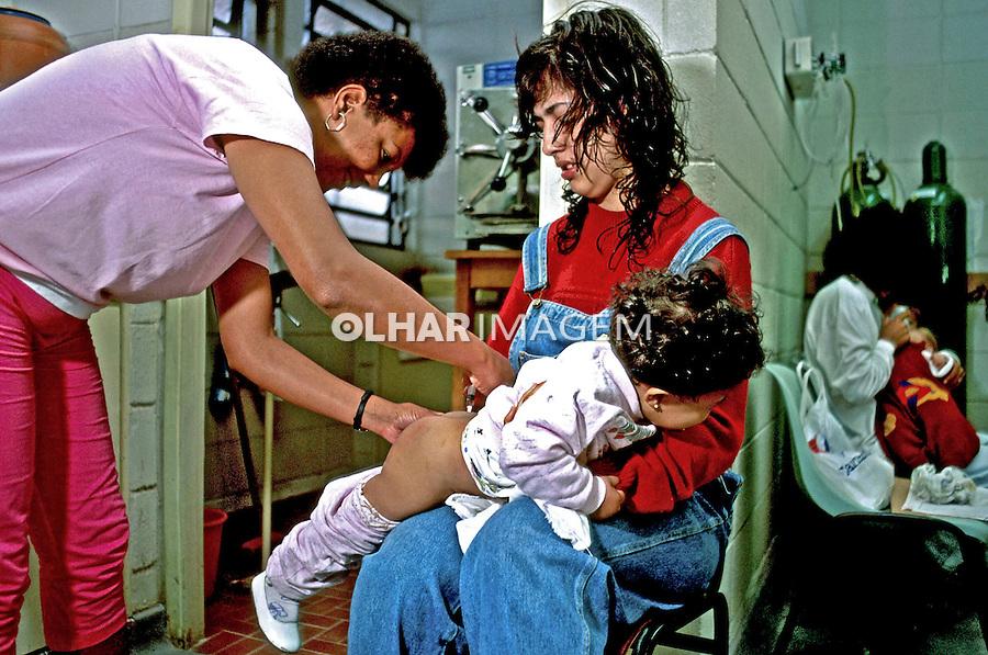 Campanha de vacinação em posto de saúde. São Paulo. 1992. Foto de Juca Martins.