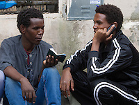 Migranti all'esterno del centro di accoglienza 'Baobab' presso la stazione Tiburtina a Roma, 16 giugno 2015.<br />
