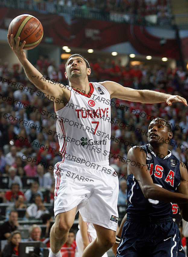 Omer ONAN (Turkey)  passes Kevin DURANT (USA) during the Final World championship basketball match against USA in Istanbul, Turkey-USA, Turkey on Sunday, Sep. 12, 2010. (Novak Djurovic/Starsportphoto.com) .