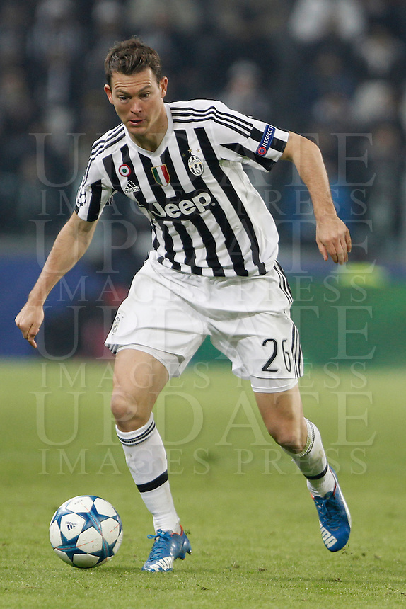 Calcio, Champions League: Gruppo D - Juventus vs Manchester City. Torino, Juventus Stadium, 25 novembre 2015. <br /> Juventus' Stephan Lichsteiner in action during the Group D Champions League football match between Juventus and Manchester City at Turin's Juventus Stadium, 25 November 2015. <br /> UPDATE IMAGES PRESS/Isabella Bonotto