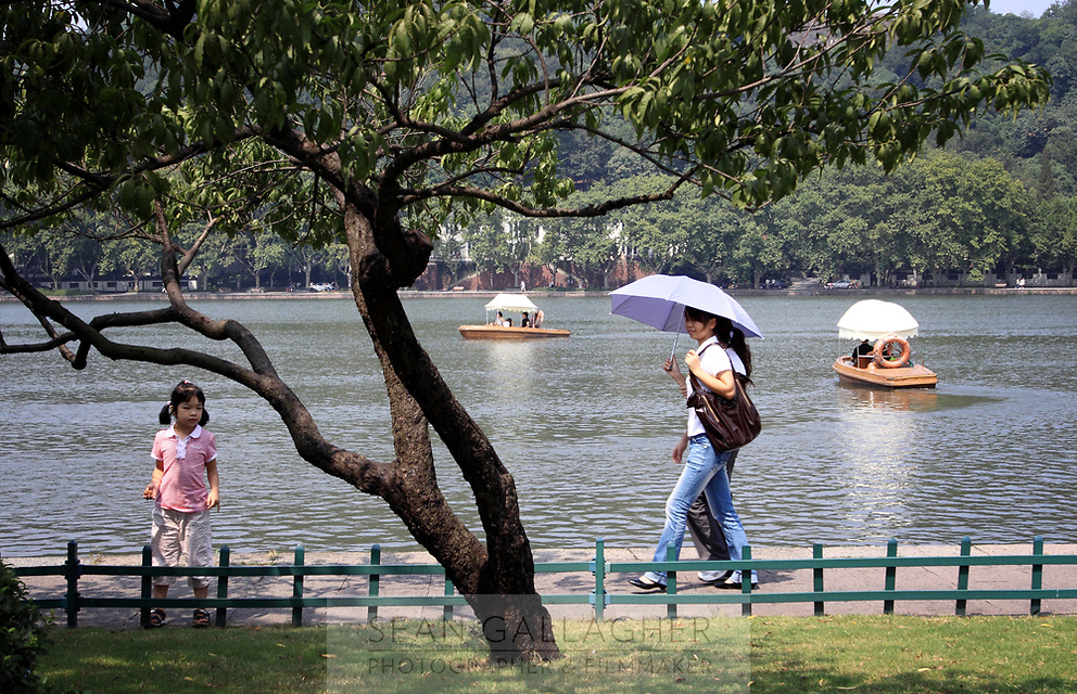 CHINA. Hangzhou. People near to the city's famous West Lake. 2009