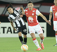 BOGOTA- COLOMBIA – 18-03-2015: Sherman Cardenas (Izq.) jugador del Independiente Santa Fe de Colombia, disputa el balon con Daniel Torres (Der.) jugador de Atletico Mineiro de Brasil, durante partido entre Independiente Santa Fe de Colombia y Atletico Mineiro de Brasil, por la segunda fase, grupo 1, de la Copa Bridgestone Libertadores en el estadio Nemesio Camacho El Campin, de la ciudad de Bogota. / Daniel Torres (R) player of Independiente Santa Fe of Colombia, figths for the ball with Sherman Cardenas (L) player of Atletico Mineiro of Brasil during a match between Independiente Santa Fe of Colombia and Atletico Mineiro of Brasil for the second phase, group 1, of the Copa Bridgestone Libertadores in the Nemesio Camacho El Campin in Bogota city. Photo: VizzorImage / Gabriel Aponte / Staff