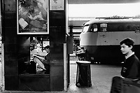Italy. Lazio region. Rome. Roma Termini railway station. Passengers on station platforms. Locomotive on tracks before departure. A poster to join the italian air force.Roma Termini (in Italian, Stazione Termini or Stazione di Roma Termini - Giovanni Paolo II) is the main railway station of Rome. 25.05.92 © 1992 Didier Ruef