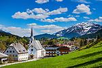 Oesterreich, Tirol, Fieberbrunn: im Tal der Fieberbrunner Ache gelegen, im Hintergrund die schneebedeckten Kitzbueheler Alpen mit Spielberghorn (2.044 m)   Austria, Tyrol, Fieberbrunn: at Fieberbrunn Ache Valley, at background Kitzbuehel Alps with summit Spielberghorn (2.044 m)