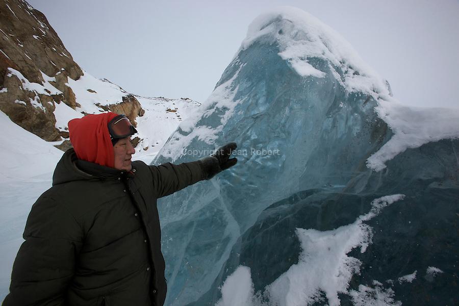 Billy Arnaquq devant la glace vive d'un iceberg
