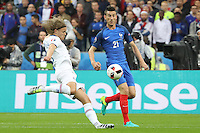 Birkir Bjarnason (Island) gegen Laurent Koscielny (Frankreich) - UEFA EURO 2016: Frankreich vs. Island, Stade de France, Viertelfinale