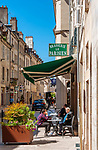 Frankreich, Bourgogne-Franche-Comté, Département Jura, Dole: Altstadtgasse mit Gasthaus Brasserie Le Parisien   France, Bourgogne-Franche-Comté, Département Jura, Dole: old town lane with restaurant Brasserie Le Parisien