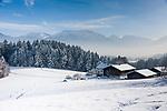 Deutschland, Oberbayern, Chiemgau, zwischen Siegsdorf und Ruhpolding: Bauernhof in Winterlandschaft | Germany, Upper Bavaria, Chiemgau, between Ruhpolding and Siegsdorf: farmhouse in winter scenery