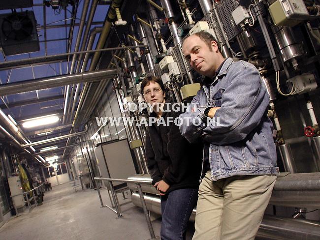 Wageningen , 181200  Foto: Koos Groenewold/ APA Foto<br />Onderzoekers Kees Verhaar en Caroline Ketelaar in de kas<br /><br />ltn8  oogst  51  verhaar&ketelaar  apa