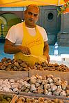 Italien, Piemont, Alessandria: Delikatessen Markt in der Altstadt - Verkaeufer, Kuchen, Gebaeck, Backwaren | Italy, Piedmont, Alessandria: market at Old Town - sales person, cakes, pastry