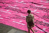 Demonstration und Kundgebung von Beschaeftigten des Oeffentlichen Dienstes vor der Fortsetzung der Tarifverhandlungen am 19. September. Die Gewerkschaft dbb (Deutscher Beamtenbund) fordert fuer die Beschaeftigten 4,8 Prozent mehr Lohn sowie eine Erhoehung der Ausbildungs- und Praktikumsentgelte um 100 Euro, Arbeitszeitangleichung Ost an West, Verbesserungen fuer den Pflegebereich sowie die Reduzierung der 41-Std.-Woche fuer Bundesbeamtinnen und Bundesbeamte.<br /> 18.9.2020, Berlin<br /> Copyright: Christian-Ditsch.de