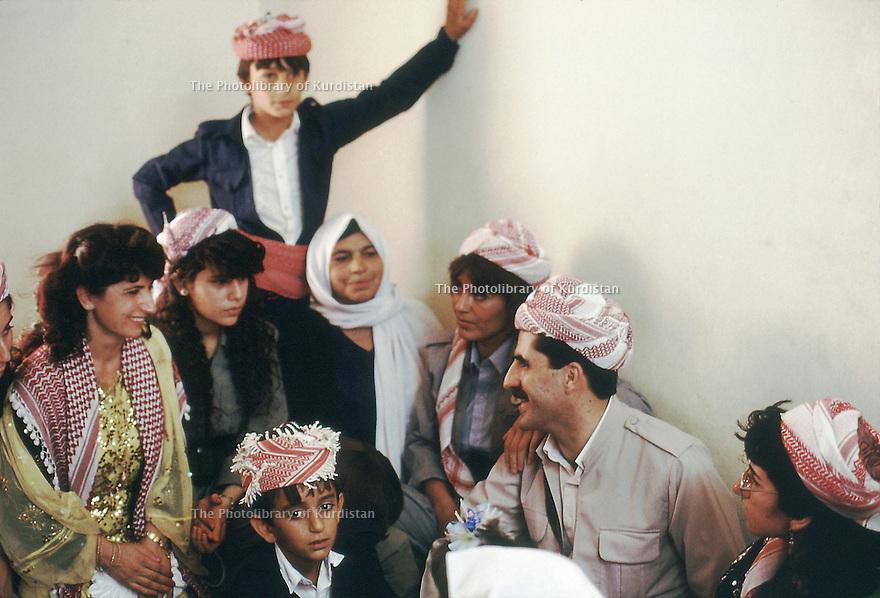 Irak 1991  Dohok: Nechirvan Barzani visitant une famille              Iraq 1991   Nechirvan Barzani visiting a family in Duhok