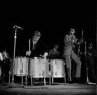 20 novembre 1965. Plan sur scène de Claude François jouant de la batterie, à l'occasion d'une soirée de gala. Observation: Soirée grand gala music-hall au Palais des sports (Place dupuy)