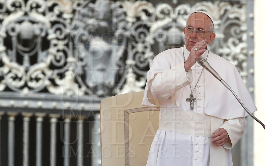Papa Francesco tiene l'udienza generale del mercoledi' in Piazza San Pietro, Citta' del Vaticano, 3 maggio, 2017.<br /> Pope Francis leads his weekly general audience in St. Peter's Square at the Vatican, on May 3, 2017.<br /> UPDATE IMAGES PRESS/Isabella Bonotto<br /> <br /> STRICTLY ONLY FOR EDITORIAL USE