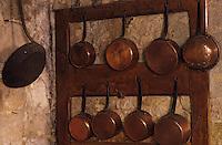 Europe/France/Midi-Pyrénées/32/Gers/Cassaigne: Le chateau (Armagnac) - La cuisine - Casseroles de cuisine en cuivre