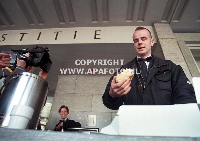Arnhem,12-03-99  Foto:Koos Groenewold (APA)<br />2 leden van de actiegroep Bionic Baking Brigade werden vanmiddag door de rechter tot 4 weken celstraf ,waarvan 2 weken voorwaardelijk,veroordeelt.Ze kregen deze straf omdat ze op 5 januari dit jaar de Nijmeegse wethouder J.Thielen 2 taarten in het gezicht hadden gedrukt.Deze daad was als protest bedoeld tegen de nieuwbouwplannen `Flash Gordon`die de gemeente Nijmegen heeft voor de binnenstad.Met name de in de ogen van de actievoerders ondemocratische manier waarop de besluiten voor dit miljoenen kostende project, zijn genomen stuit de actievoerders tegen de borst.De wethouder houden ze daarvoor verantwoordelijk.<br />Op de foto neemt 1 van de taartengooiers een taart,niet om de uitspraak te vieren,want die viel behoorlijk tegen.Op de achtergrond kijkt de tweede taartengooister toe.<br /><br />Vrijblijvend  voor Cobouw