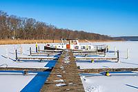 Im Eis eingefrorenes Schiff auf dem Templiner See, Potsdam, Brandenburg, Deutschland