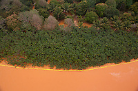 © Marcello Lourenço.<br /> <br /> A lama trazida pelo rio Doce chega ao litoral do Espirito Santos.na praia de Regência, mudando a cor das águas do oceano Atlântico.<br /> Na tarde deste sábado (21). Por volta das 16h, a água começou a ficar na tonalidade marrom. Uma barreira de 9 km foi montada para proteger a fauna e flora na região e amenizar os impactos da lama.O Serviço Geológico do Brasil informou que não tem previsão para que a parte mais densa dos rejeitos de mineração da barragem da Samarco, cujos donos são a Vale e a Anglo-Australiana BHP Billiton, chegue à foz.<br /> A lama atinge três municípios do estado: Linhares, que não usa as águas do Rio Doce para abastecimento da cidade. Baixo Guandu, que passou a usar as águas do Rio Guandu. E Colatina, que há quatro dias parou de usar a água do rio.O rompimento de uma barragem de rejeitos de minério aconteceu no dia 5 de novembro e causou uma enxurrada de lama no distrito de Bento Rodrigues, em Mariana, na região Central de Minas Gerais<br /> <br /> Linhares, Norte do Espírito Santo, Brasil.<br /> <br /> © Marcello Lourenço.<br /> <br /> 24/11/2015