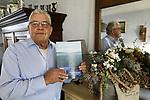 """Foto: VidiPhoto<br /> <br /> NEDERHEMERT – Melkveehouder in ruste Gijs van de Werken uit Nederhemert moest tijdens het hoogwater van 1995 met zijn vee vertrekken uit de Bommelerwaard. Alle gebeurtenissen en gesprekken werden nauwkeurig bijgehouden in het dagboek """"Wij moesten vluchten"""", waarvan er honderd zijn gedrukt en verspreid onder familie, vrienden en kennissen."""