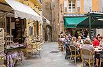 France, Provence-Alpes-Côte d'Azur, Grasse: old town with café and souvenir shop | Frankreich, Provence-Alpes-Côte d'Azur, Grasse: Altstadt mit Café und Andenkenladen
