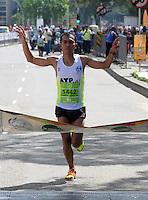 CALI  - COLOMBIA - 02-06-2013: Robinson Reinoso, ganador de la Media Maraton Cali en la que  participación de mas de quince mil atletas en varias categorías se realizo la XII Media Maraton Cali, Junio 2 de 2013 (Foto: VizzorImage / Juan C. Quintero / Str.) Reinoso Robinson, winner of the Half Marathon Cali in which participation of more than fifteen thousand athletes in several categories was held the XII Half Marathon Cali, June 2, 2013 (Photo: VizzorImage / John C. Quintero / Str)