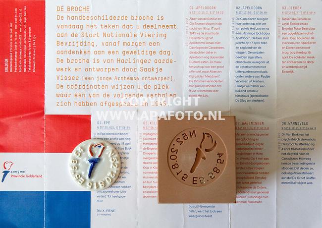 Arnhem 260411 Sjaakje Visser met de door haar ontworpen broche voor de viering van bevrijdingsdag.<br /> foto: broche,stempel en folder/toelichting.<br /> Foto Frans Ypma APA-foto