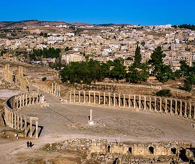Jordanien, Gouvernement Dscharasch, Gerasa oder Jerasch: das ovale Forum zu Fuessen des Jupitertempels, heute eine Touristenattraktion   Jordan, Jerash Governorate, Jerash: Overview of ruined Roman city with oval forum