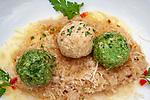 Oesterreich, Tirol, Pertisau am Achensee: Tiroler Spezialitaet - Sauerkraut mit Spinatknoedel und Kasknoedel | Austria, Tyrol, Pertisau am Achensee: Tyrolean speciality - Sauerkraut with spinach and cheese dumplings
