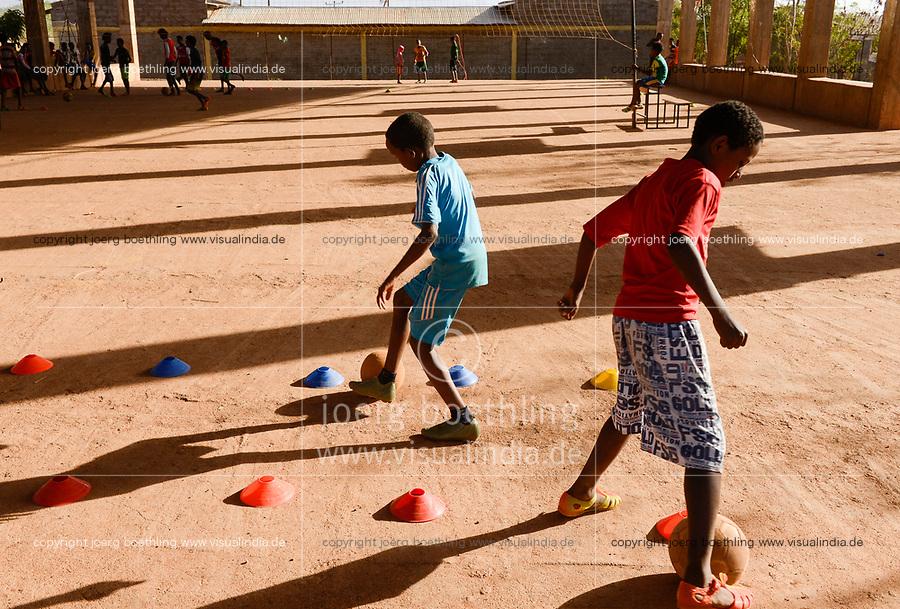 ETHIOPIA, Tigray, Shire, eritrean refugee camp May-Ayni managed by ARRA and UNHCR, JRS Jesuit refugee service, football training class for children  / AETHIOPIEN, Tigray, Shire, Fluechtlingslager May-Ayni fuer eritreische Fluechtlinge, Sportzentrum und Trauma counselling von JRS Jesuit refugee service, Kinder beim Fussball Training