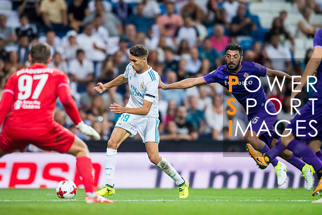 Achraf Hakimi (l) of Real Madrid fights for the ball with Maximiliano Olivera of ACF Fiorentina during the Santiago Bernabeu Trophy 2017 match between Real Madrid and ACF Fiorentina at the Santiago Bernabeu Stadium on 23 August 2017 in Madrid, Spain. Photo by Diego Gonzalez / Power Sport Images