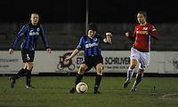 Club Brugge Vrouwen - PSV Eindhoven :<br /> <br /> Ingrid De Rycke (M) ontzet de bal voor de neus van Maran van Erp (R), terwijl Tine De Caigny (L) toekijkt<br /> <br /> foto Dirk Vuylsteke / Nikonpro.be
