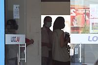 """Campinas (SP), 26/03/2021 - Covid-SP - Higienização de pontos de onibus e fiscalização no comércio no Jardim Nova Europa em Campinas, interior de São Paulo, nesta sexta-feira (26). O bairro é o 1º bairro de Campinas a receber a operação """"Todos Contra a Covid-19. A força-tarefa vai mobilizar mais de 50 servidores de diversas secretarias e departamentos municipais para fiscalizar, orientar, verificar o cumprimento das medidas restritivas; fazer a desinfecção de pontos de ônibus; e distribuir máscaras. Um drone será utilizado para identificar áreas de aglomeração para que a equipe possa intervir."""