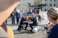Fotoaktion am Donnerstag den 1. August 2019 vor der US-Botschaft in Berlin, anlaesslich des Ende des INF-Vertrages.<br /> Der Vertrag zum Verbot von Mittelstreckensystemen war seit der Verabschiedung 1988 ein Meilenstein der Abruestung zwischen Russland und den USA. Nach gegenseitigen Vorwuerfen zu Vertragsverletzungen hat US-Praesident Trump am im Oktober 2018 angekuendigt aus dem Vertrag auszusteigen. Der Vertrag endet dementsprechend fristgerecht am 2. August 2019.<br /> Mit der Fotoaktion vor der US-Botschaft am Pariser Platz, verdeutlichten die Friedensorganisationen ICAN Deutschland, IPPNW und DGF-VK, die USA und Russland sollen abzuruesten statt aufruesten.<br /> Im Bild: Demonstranten mit Masken des US-Praesidenten Donald Trump (rechts) und dem russischen Praesidenten Putin (links) sitzen ueber Atombomben waehrend sie Armdruecken spielen und dabei eine Hand ueber den roten Knopf halten.<br /> 1.8.2019, Berlin<br /> Copyright: Christian-Ditsch.de<br /> [Inhaltsveraendernde Manipulation des Fotos nur nach ausdruecklicher Genehmigung des Fotografen. Vereinbarungen ueber Abtretung von Persoenlichkeitsrechten/Model Release der abgebildeten Person/Personen liegen nicht vor. NO MODEL RELEASE! Nur fuer Redaktionelle Zwecke. Don't publish without copyright Christian-Ditsch.de, Veroeffentlichung nur mit Fotografennennung, sowie gegen Honorar, MwSt. und Beleg. Konto: I N G - D i B a, IBAN DE58500105175400192269, BIC INGDDEFFXXX, Kontakt: post@christian-ditsch.de<br /> Bei der Bearbeitung der Dateiinformationen darf die Urheberkennzeichnung in den EXIF- und  IPTC-Daten nicht entfernt werden, diese sind in digitalen Medien nach §95c UrhG rechtlich geschuetzt. Der Urhebervermerk wird gemaess §13 UrhG verlangt.]