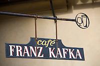 Europe/République Tchèque/Prague:la ruelle d'Or ,ruelle historique du Château de  Prague.A l'origine les gardes du Château logeaient dans ces maisonnettes.Ce sont des orfèvres qui vécurent ici au XVII qui donnèrent leur nom à la rue  Enseigne du café Franz Kafka