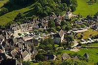 Vue plongeante sur le village depuis les jardins du chateau.