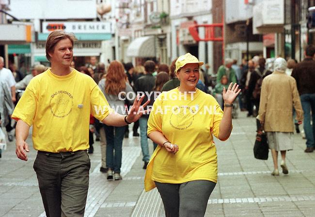 Deventer,07-10-99  Foto:Koos Groenewold <br /> Er moet meer gezwaaid worden in Deventer vinden dhr Lucas en zijn collega.
