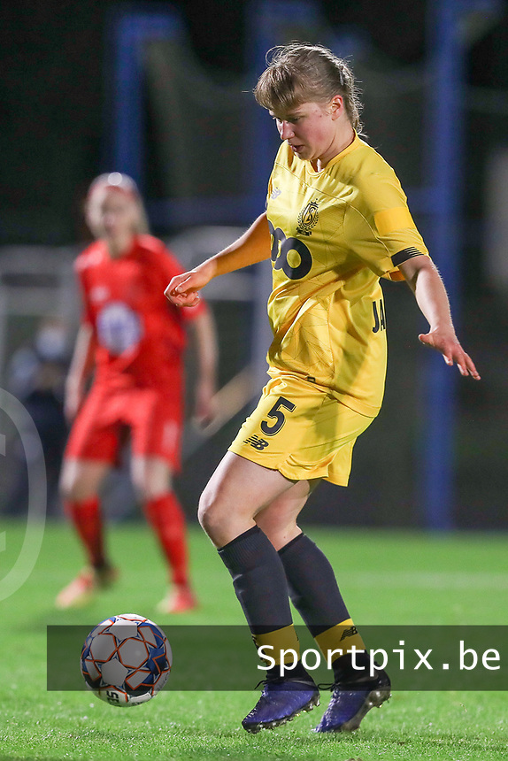 Standard's Aster Janssens (5) with the ball during a female soccer game between FC Femina WS Woluwe and Standard Femina de Liege on the fourth match day of the 2020 - 2021 season of Belgian Womens Super League , Friday 8th of October 2020  in Liege , Belgium . PHOTO SPORTPIX.BE | SPP | SEVIL OKTEM