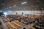 """Estland, Tallinn, Chorteilnehmer beim Essen, Europa, 03.07.2014<br /> <br /> Engl.: Europe, the Baltic, Estonia, Tallinn, 26th Laulupidu - Song and Dance Celebration, song festival, traditional, culture, choirs, eating, 03 July 2014<br /> <br />   Ausgewaehlte Choere bei den Proben fuer das 26. Saengerfest (Liederfest) mit dem Titel """"Touched by Time. The Time to Touch"""", Europa, 03.07.2014<br /> <br /> Das estnische Liederfest findet derzeit alle fuenf Jahre in Tallinn statt. Das estnische Liederfest ist eine der groessten Veranstaltungen fuer Laienchoere weltweit. 2003 wurden die estnischen, lettischen und litauischen Lieder- und Tanzfeste von der UNESCO als Meisterwerke des muendlichen und immateriellen Erbes der Menschheit anerkannt und 2008 in die Repraesentative Liste des immateriellen Kulturerbes der Menschheit aufgenommen."""