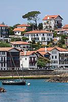 Europe/France/Aquitaine/64/Pyrénées-Atlantiques/Pays-Basque/Ciboure: Le port de pêche  de Saint-Jean-de-Luz et les maisons du village de Ciboure